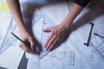Крупный план женщины-руководителя, работающей над проектом в офисе — стоковое фото