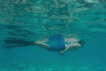 Man snorkeling underwater in turquoise sea water — Stock Photo