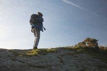 Вид сзади мужчин туристы стоя с рюкзаком в сельской местности — стоковое фото