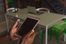 Gros plan d'un homme âgé tenant une tablette numérique à la maison — Photo de stock