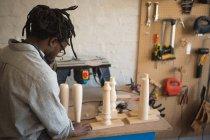 Charpentier préparant colonne en bois en atelier — Photo de stock