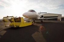 Jet privato con carrello presso il terminal di luce solare — Foto stock