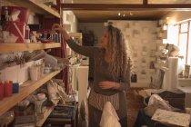 Weibliche Potter Vermittlung von zu Hause — Stockfoto