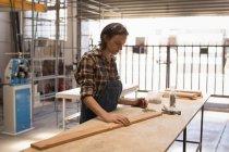 Молодая ремесленница, работающая в мастерской . — стоковое фото