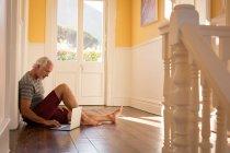 Homme âgé actif utilisant un ordinateur portable à la maison — Photo de stock