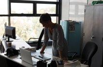 Grafik Designer stehen am Schreibtisch im Büro — Stockfoto