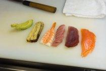 Vários sushi dispostas no balcão de cozinha no hotel — Fotografia de Stock