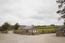 Vuoto ranch in campagna in una giornata di sole — Foto stock