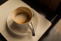 Порожній чашки кави з блюдце і ложку в кафе на щоденник — стокове фото
