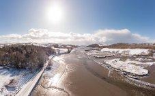 Vue aérienne de la rivière dans le beau paysage enneigé dans le comté de Cork, Irlande — Photo de stock