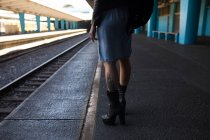 Stylish woman waiting on platform at railway station. — Stock Photo