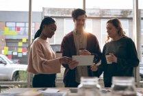 Führungskräfte, die Diskussion über digital-Tablette im Büro — Stockfoto