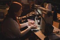 Женщины портной, холдинг нить катушки на семинаре — стоковое фото