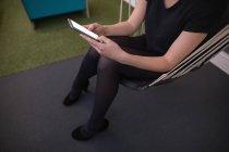Exécutif femelle à l'aide de téléphone portable au bureau — Photo de stock