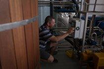 Чоловічий працівник працює машина Джин заводі — стокове фото