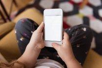 Nahaufnahme von Mädchen mit Handy zu Hause — Stockfoto