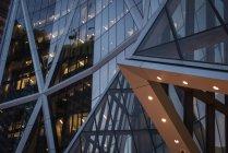 Esterno di un edificio moderno di notte — Foto stock