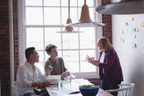 Executivo, tendo a reunião na sala de reuniões no escritório criativo — Fotografia de Stock