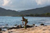 Dançarino de fogo masculino executando com fogo levi vara na praia — Fotografia de Stock