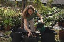 Фермера Підготовка грунту в відро в теплиці — стокове фото