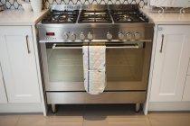 Современная газовая печь на кухне дома — стоковое фото