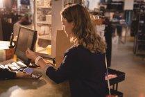 Дівчина оплаті через smartwatch на лічильник — стокове фото