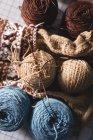 Gros plan laine tricotée sur une table en tailleur — Photo de stock