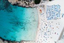 Vue aérienne de la plage par une journée ensoleillée — Photo de stock