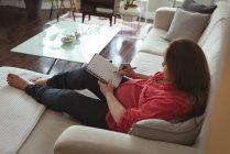 Mulher grávida, escrevendo no caderno em casa — Fotografia de Stock