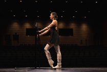 Bailarina dançando no palco no teatro. — Fotografia de Stock