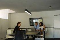 Colegas de trabalho, trabalhando no laptop na sala de reuniões em casa — Fotografia de Stock
