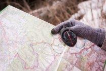 Gros plan de la main femme tenant compas et carte — Photo de stock