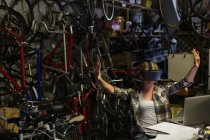 Женщины механик с помощью виртуальной реальности гарнитуры в мастерской — стоковое фото