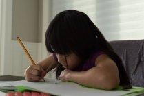 Чарівні дівчата роблять свою домашню роботу на дому — стокове фото