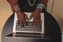 Вид зверху Масаї людина в традиційному одязі, використовуючи ноутбук — стокове фото