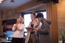 Colegas de trabalho alegre usando tablet digital no escritório. — Fotografia de Stock