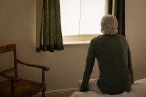 Nachdenklicher senior-Mann im Schlafzimmer zu Hause entspannend — Stockfoto