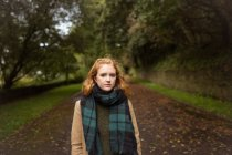 Retrato de mulher de pé no parque — Fotografia de Stock