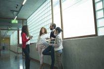 Керівники обговорювати один з одним в офісі коридор — стокове фото
