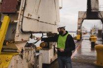 Station d'accueil appuyez sur la touche travailleur de grue de chantier — Photo de stock