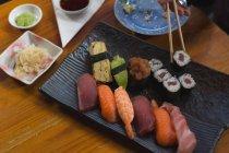 Nahaufnahme einer Frau beim Sushi-Essen im Restaurant — Stockfoto
