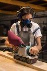 Jovem artesã do sexo feminino trabalhando em oficina . — Fotografia de Stock