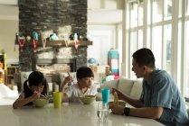Дочки обідав із її батько вдома — стокове фото