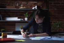 Jeune femme cadre travaillant au Cabinet — Photo de stock