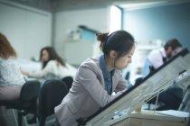 Weibliche Führungskräfte am Schreibtisch in modernen Büros — Stockfoto