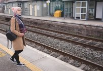 Woman waiting for train in railway station — Stock Photo