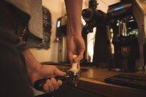 Seção intermediária do barista preparando café no balcão da cafetaria — Fotografia de Stock