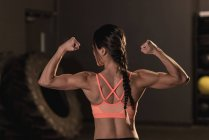 Rückansicht des Fit Frau ihre Muskeln im Fitness-studio — Stockfoto
