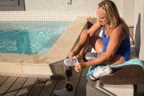 Женщина-инвалид в носках возле бассейна дома . — стоковое фото