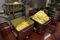 Teig in die Produktionslinie im Lebensmittelsektor — Stockfoto